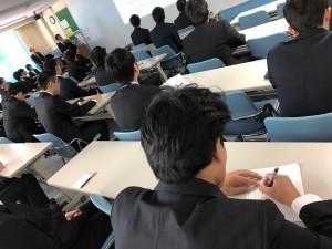 ⑤一生懸命メモをとる学生